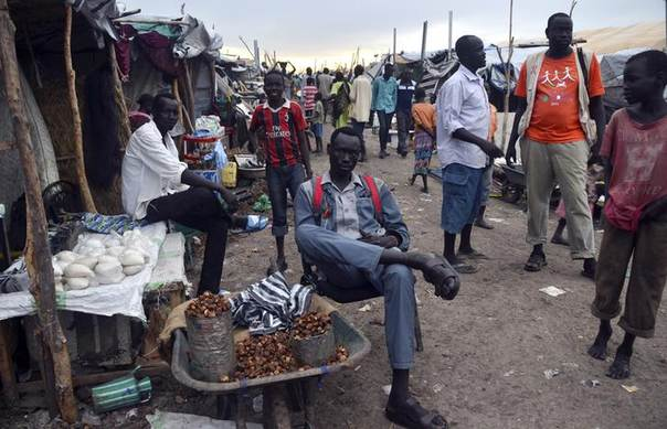 Residents displaced by recent fighting gather at a trading area within the United Nations Mission in South Sudan (UNMISS) camp in Malakal, Upper Nile State May 1, 2014. REUTERS/Drazen Jorgic