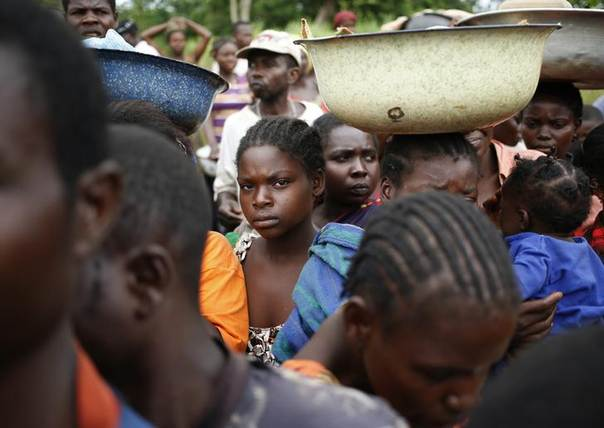 Internally displaced people wait for food distribution by a foreign non-governmental organization (NGO) in the town of Boda April 15, 2014. REUTERS/Goran Tomasevic