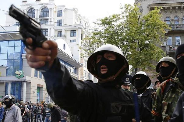 A pro-Russian activist aims a pistol at supporters of the Kiev government during clashes in the streets of Odessa May 2, 2014. REUTERS/Yevgeny Volokin