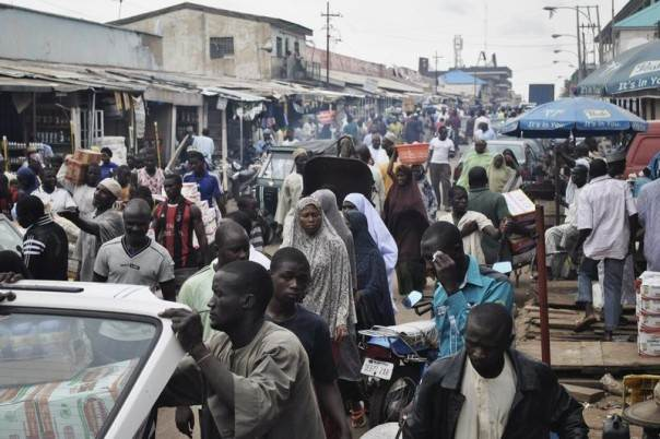 Crowds fill Abubakar Gumi central market after authorities relaxed a 24 hour curfew in the northern Nigerian city of Kaduna, June 24, 2012. REUTERS/Stringer