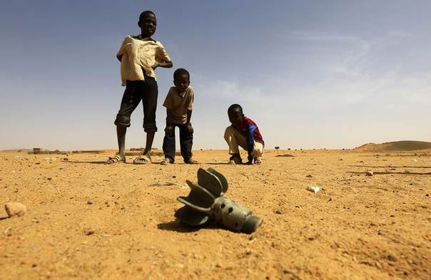 Children look at the fin of a mortar projectile that was found at the Al-Abassi camp for internally displaced persons, after an attack by rebels, in Mellit town, North Darfur March 25, 2014. REUTERS/Mohamed Nureldin Abdallah