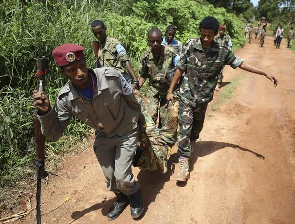 A Seleka fighter injured by mortar a shell fired by French soldiers is carried by his comrades in Bambari May 24, 2014. REUTERS/Goran Tomasevic