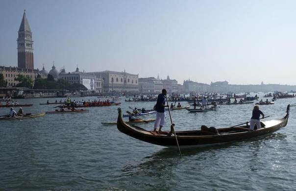 Rowers on a gondola take part in the Vogalonga, or Long Row, in the Venice lagoon, June 8, 2014. REUTERS/Manuel Silvestri