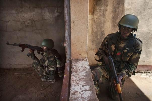 Malian soldiers undergo training in urban combat conducted by the European Union training mission in Koulikoro August 23, 2013. REUTERS/Joe Penney