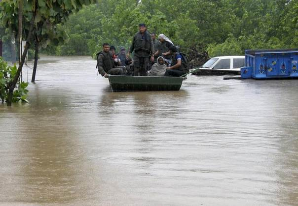 Indian army soldiers rescue stranded villagers after floods triggered by heavy rains at Odhri village in the Yamunanagar district of the northern Indian state of Haryana June 17, 2013. REUTERS/Stringer