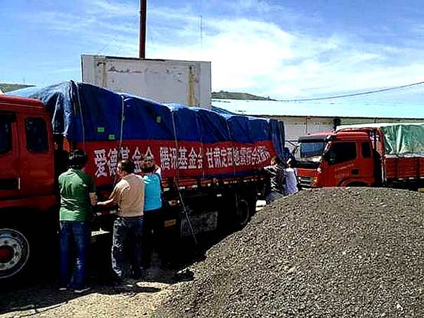 The first batch of Amity Foundation relief supplies arriving at the earthquake hit Mingxian County, Dingxi, Gansu Province. Photo: courtesy Amity Foundation