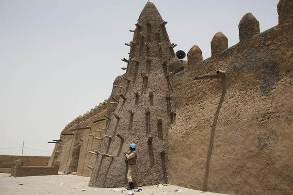 A UN peacekeeper from Burkina Faso stands guard at the Djinguereber mosque in Timbuktu, Mali, July 28, 2013. REUTERS/Joe Penney