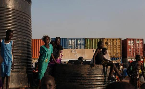 Internally displaced children sit on and around water tanks at Tomping camp in Juba, January 10, 2014, where some 17,000 internally displaced people who fled their homes during the recent violence in the country are being sheltered by the United Nations.  REUTERS/Andreea Campeanu