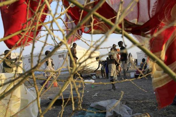 South Sudanese refugees wait inside camp Kilo 10 after arriving from Malakal and al-Rank war zone inside South Sudan, in the al-Salam locality at the Sudan border in White Nile State January 26, 2014. REUTERS/Mohamed Nureldin Abdallah