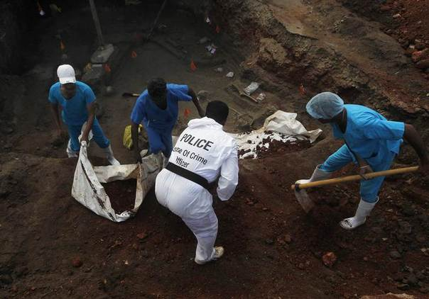 Police officers and doctors dig up skeletons at a construction site in the former war zone in Mannar, about 327 km (203 miles) from the capital Colombo, January 16, 2014 REUTERS/Dinuka Liyanawatte