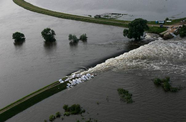 A picture shows a broken dam built to contain the swollen Elbe river during floods near the village of Fischbeck in the federal state of Saxony Anhalt, Germany, June 12, 2013. REUTERS/Thomas Peter