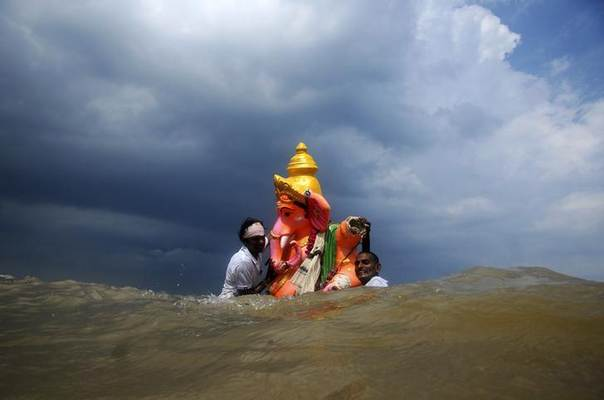 Devotees carry an idol of the Hindu god Ganesh, the deity of prosperity, into the Bay of Bengal for its immersion during the ten-day-long Ganesh Chaturthi festival, in the southern Indian city of Chennai September 15, 2013. REUTERS/Babu
