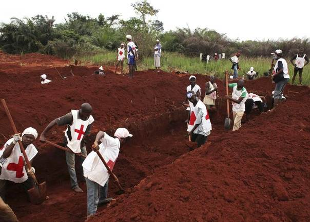 Red Cross workers prepare the ground to bury the dead in Bangui, Central African Republic, December 27, 2013. REUTERS/Andreea Campeanu