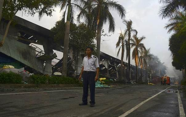 A security guard stands near a damaged Chinese owned shoe factory in Vietnam's southern Binh Duong province, Vietnam, May 14, 2014. REUTERS/Thanh Tung Truong