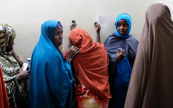Leyla Ali Adow (C), a suspected Somali illegal migrant arrested in a police swoop reacts after being processed for deportation at a holding station in Kenya's capital Nairobi, on April 9, 2014. Kenya last month ordered all Somali refugees living in urban areas to return to their camps in a bid to end attacks by Islamist militants carried out in retaliation for Kenya's intervention in neighbouring Somalia. REUTERS/Thomas Mukoya