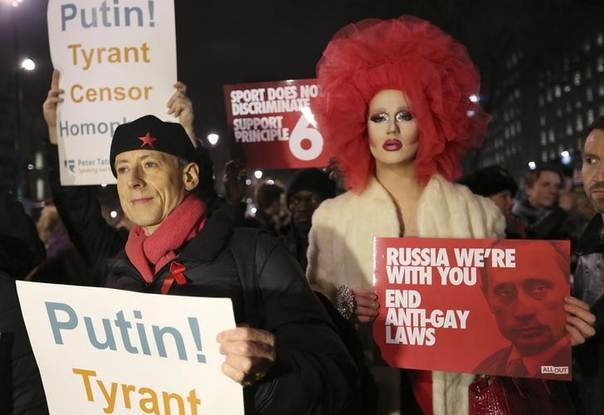 Human rights activist Peter Tatchell (L) protests against Russia's anti-gay stance outside Downing Street, central London February 5, 2014. REUTERS/Paul Hackett