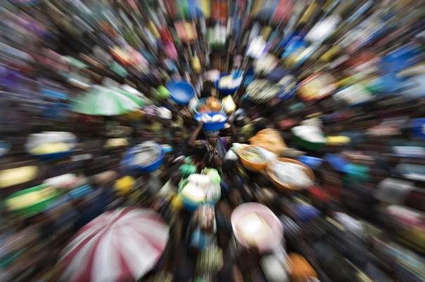 A woman stands in the middle of a crowd gathered to receive food aid in Kiwanja, eastern Congo, November 14, 2008. REUTERS/Finbarr O'Reilly