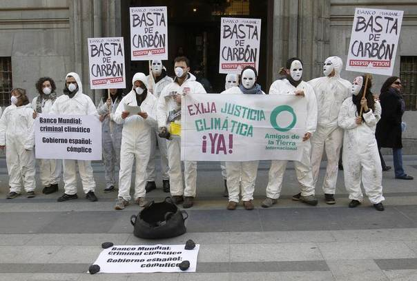 Environmental activists stage a protest against investments by the World Bank, supported by the Spanish government, in fossil fuel in front of Spain's Economy ministry in Madrid, March 1, 2011. REUTERS/Andrea Comas