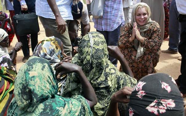 Sweden's Minister of Development Cooperation Gunilla Carlsson talks to internally displaced women at the Qansahaley settlement camp in Dollow town along the Somalia-Ethiopia border in this photo from August 2011. REUTERS/Thomas Mukoya