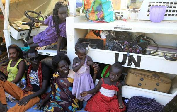 Displaced families camp inside Tomping UN base near Juba international airport, seeking safety after clashes between rival groups of soldiers spread across South Sudan, which won its independence from Sudan in 2011. Photo December 24, 2013, REUTERS/James Akena