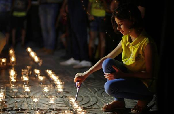 A Palestinian girl lights candles during a protest in solidarity with prisoners on hunger strike, in Gaza City June 5, 2014.  REUTERS/Suhaib Salem