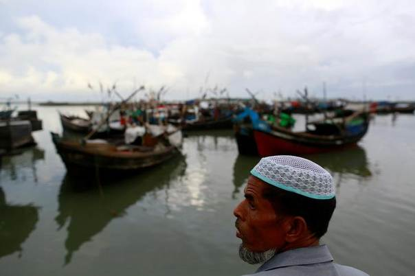A Rohingya Muslim stands near a jetty outside Sittwe June 8, 2014. The government, which denies Rohingyas citizenship, says they are illegal immigrants from neighboring Bangladesh. REUTERS/Soe Zeya Tun