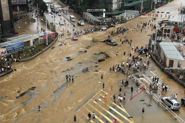 Vehicles come to a standstill at a flooded crossroads in Pingba, Guizhou province, China, June 3, 2014. According to Xinhua News Agency, strong rainfall has battered the province since Monday. REUTERS/Stringer