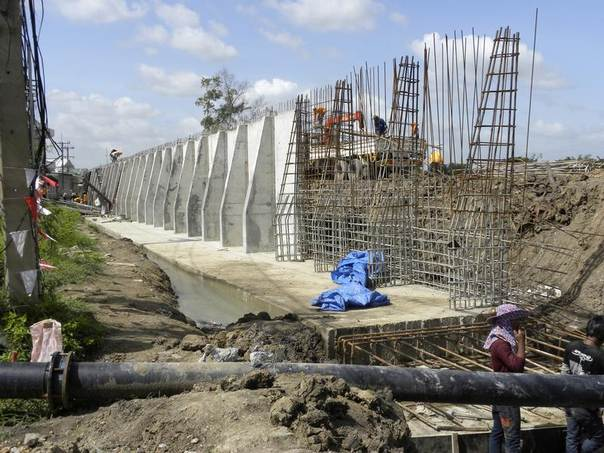 Labourers construct a double-sided concrete dike at Bangkadi industrial park, north of Bangkok, to protect it from flooding, June 12, 2012. REUTERS/David Fogarty