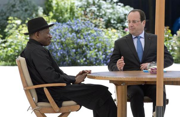 French President Francois Hollande (R) talks with Nigerian President Goodluck Jonathan as they attend the African Security Summit at the Elysee Palace in Paris, May 17, 2014 REUTERS/Alain Jocard/Pool