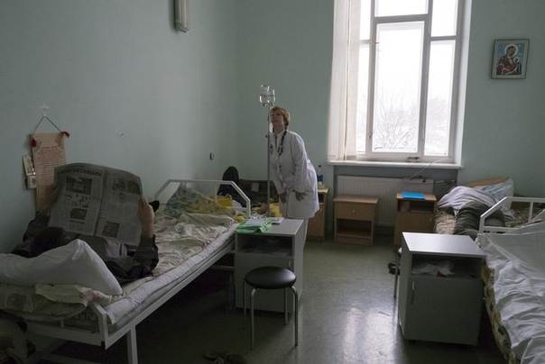 A doctor inspects HIV-positive patients at the state-run Lavra clinic, Ukraine's main HIV treatment centre, in Kiev January 15, 2013. REUTERS/Gleb Garanich