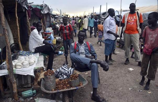 Residents displaced by recent fighting gather at a trading area within the United Nations Mission in South Sudan (UNMISS) camp in Malakal, Upper Nile State, South Sudan, May 1, 2014. REUTERS/Drazen Jorgic