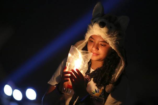 Student Yasmin Nunes holds a candle during Earth Hour celebrations, organised by WWF Brazil, at the Museum of the Republic in Brasilia, March 23, 2013. REUTERS/Ueslei Marcelino