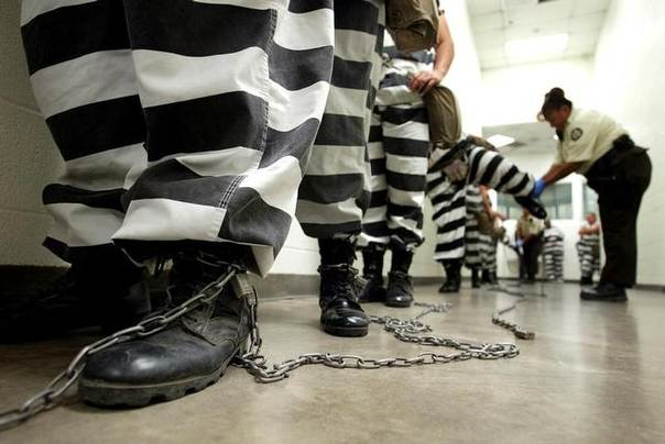 Maricopa County female inmates are padlocked by the ankle for chain gang duty in Phoenix, Arizona October 21, 2003. REUTERS/Shannon Stapleton