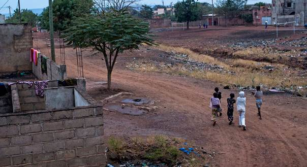 Young girls walk through the Sangarébougou neighbourhood on the outskirts of Bamako, an area where many people who have fled conflict in the north have taken refuge. Photo: UNHCR/G. Gordon