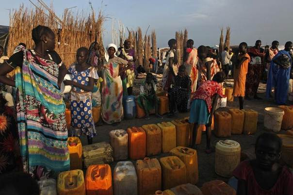 Women displaced by the fighting wait to get clean water at a water point in a camp for internally displaced people at the United Nations base in Bentiu, Unity State, South Sudan, June 17, 2014.  REUTERS/Andreea Campeanu