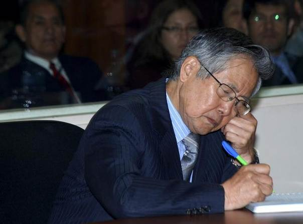 Former Peruvian President Alberto Fujimori listens to his sentence for bribery and wire-tapping opponents at the Special Police Headquarters in Lima September 30, 2009. REUTERS/Justice Palace/Handout