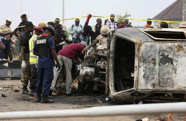 Ordnance experts examine a damaged vehicle at the site of a car bomb attack in Nyanya, Abuja, May 2, 2014. REUTERS/Afolabi Sotunde