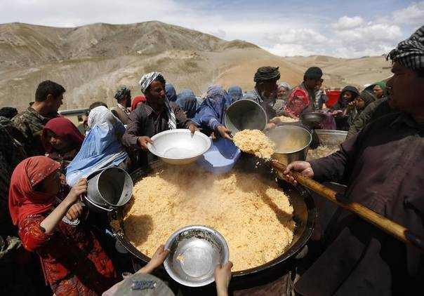 Villagers displaced by a deadly landslide receive lunch in the Argo district of Badakhshan province May 7, 2014. REUTERS/Mohammad Ismail