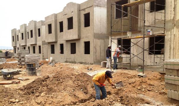Workers from a Mexican construction firm build energy-efficient homes in Tula, in Hidalgo state. THOMSON REUTERS FOUNDATION/Monica Healy