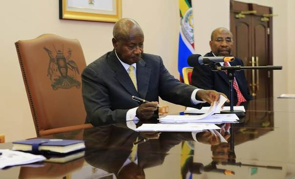 Ugandan President Yoweri Museveni signs an anti-homosexual bill into law at state house in Entebbe, 36 km southwest of the capital Kampala. Picture February 24, 2014, REUTERS/James Akena
