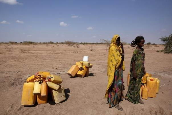 Woman wait to collect water in the drought stricken Somali region in Ethiopia, January 26, 2016. REUTERS/Tiksa Negeri