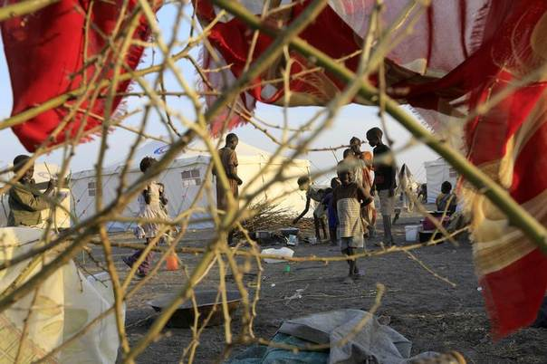 South Sudanese refugees wait inside camp Kilo 10 after fleeing fighting in the Malakal and al-Rank region of South Sudan, January 26, 2014. REUTERS/Mohamed Nureldin Abdallah