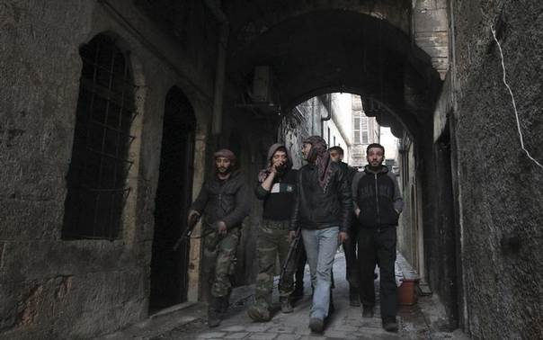 Free Syrian Army fighters walk together along a street in old Aleppo December 31, 2013. REUTERS/Jalal Alhalabi