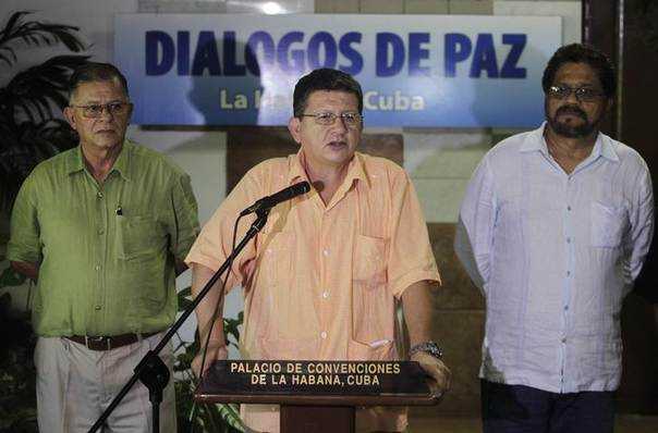 Revolutionary Armed Forces of Colombia (FARC) negotiator Pablo Catatumbo (C) reads a document as FARC lead negotiator Ivan Marquez (R) and FARC negotiator Ricardo Tellez listen in Havana August 23, 2013 REUTERS/Enrique de la Osa