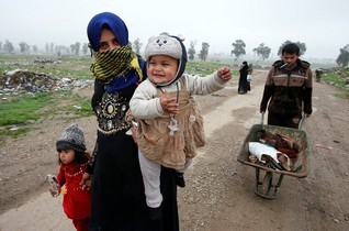 Displaced Iraqi people from Mosul flee their homes to reach safety