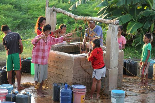 BANTAYAN ISLAND, PHILIPPINES. 4 February 2014. People collect water from their community's well. (Albert G. Camay)