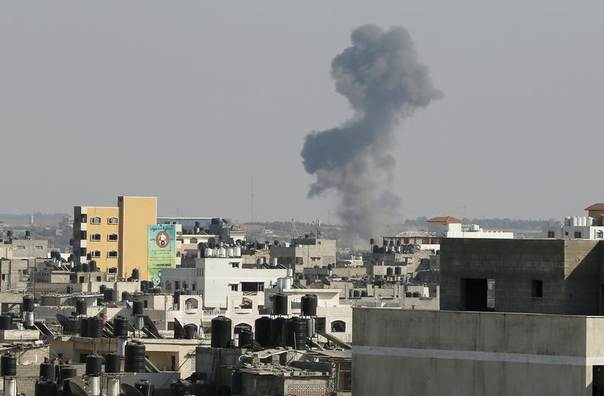 Smoke is seen after what witnesses said was an Israeli air strike in Gaza City August 19, 2014. REUTERS/Suhaib Salem