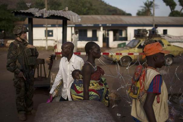 People pass through a security checkpoint manned by French peacekeeping soldiers and local gendamerie at Kilometre 12 (PK12) in the capital Bangui, Central African Republic, March 3, 2014. REUTERS/Siegfried Modola