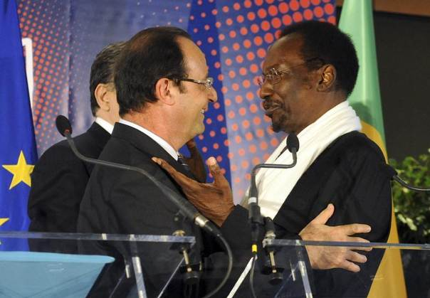 France's President Francois Hollande (L) speaks with Mali's interim President Dioncounda Traore at a donor conference on Mali's post-conflict development in Brussels, May 15, 2013. REUTERS/Laurent Dubrule
