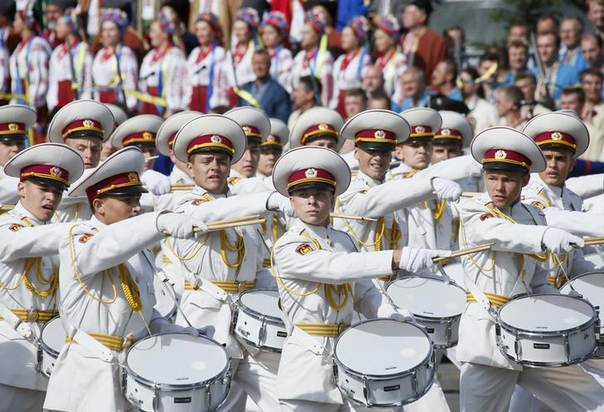 Cadets march with drums during Ukraine's Independence Day military parade, in the center of Kiev August 24, 2014. REUTERS/Gleb Garanich